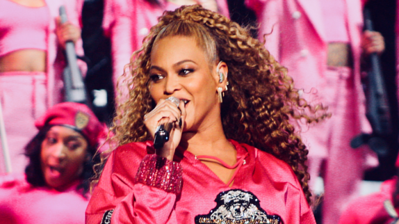 Elle sort un album surprise — Beyoncé