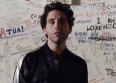 "Mika s'engage contre la violence dans ""Hurts"""